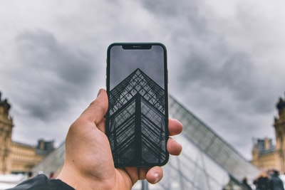 Which carriers have the most iPhones?